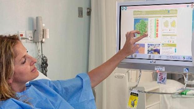 Una paciente con uno de los terminales que estarán disponibles a partir del año que viene