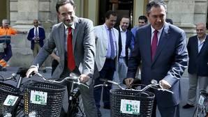 El consejero de Fomento y el alcalde de Sevilla con bicicletas a las puertas del Ayuntamiento