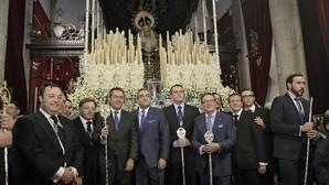 Juan Espadas, presidiendo la salida extraordinaria de la Virgen de la Hiniesta