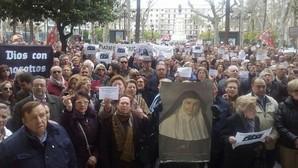 La numerosa concentración de personas a las puertas del Ayuntamiento de Sevilla