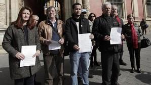 Los portavoces de Participa e IU en el Ayuntaniento, Susana Serrano y Daniel González, este miércoles ante el Arzobispado