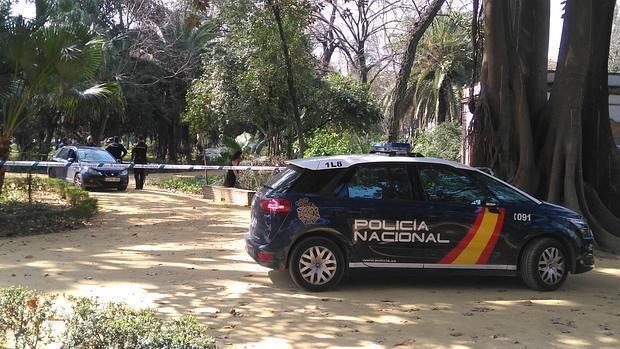 Agentes de la Policía Nacional examinando el lugar donde fue hallada la joven fallecida.
