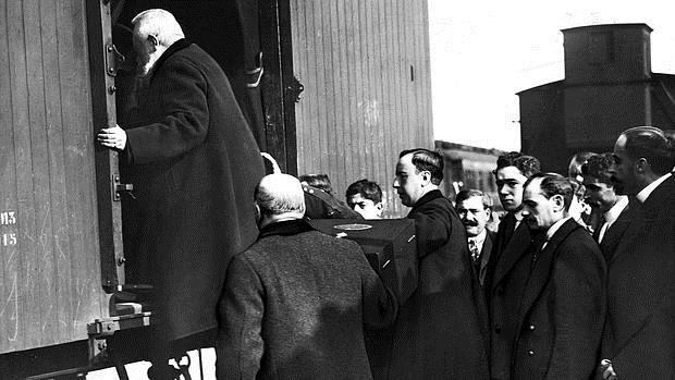 Momento en el que el féretro de Bécquer fue colocado en el furgón que lo trajo a Sevilla