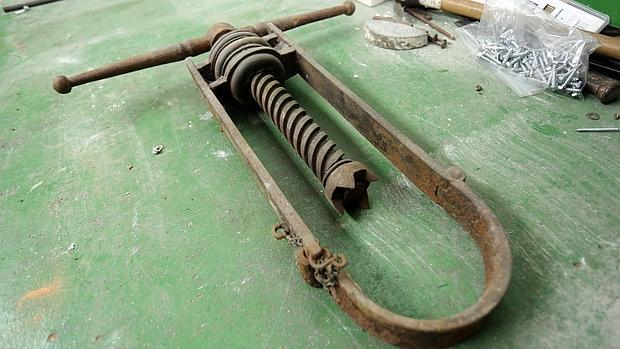 Uno de los dos collarines de garrote vil que se conservan en los sótanos de la Audiencia Provincial