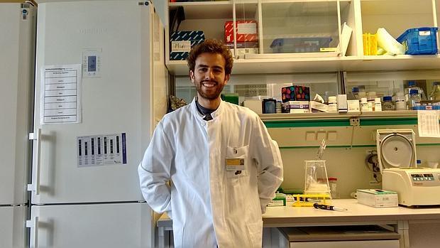 Francisco José Román, en el laboratorio del Instituto de Hematología Experimental de Hannover