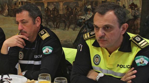 Los dos últimos jefes de la Policía Local de Sevilla, Juan José García (i) y Gabriel Nevado (d)