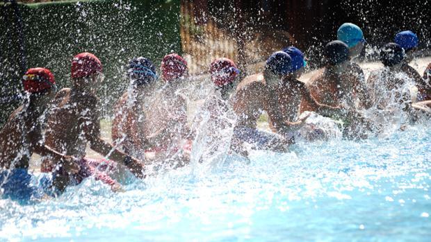 Niños en una piscina pública de Sevilla
