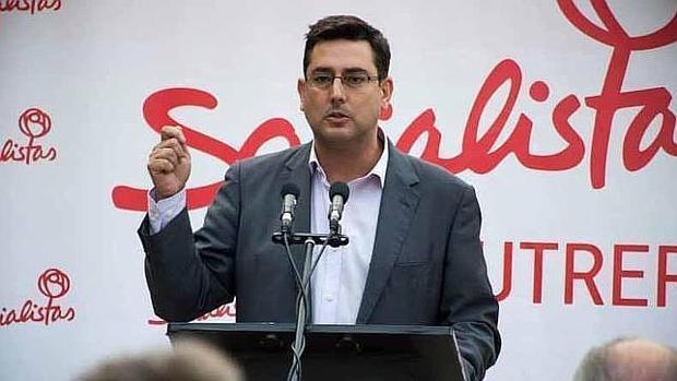En primer plano el alcalde de Utrera, el socialista José María Villalobos, saludando tras su investidura