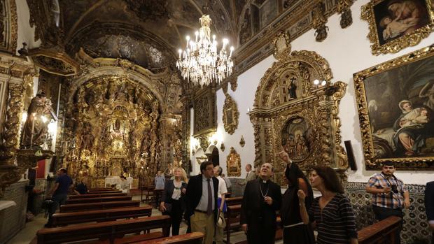 El arzobispo de Sevilla, durante la visita a la capillita murales