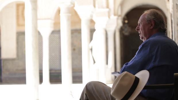 El duque de Segorbe sentado en el patio principal de la Casa de Pilatos