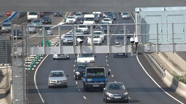 Un radar fijo controla la velocidad de los vehículos