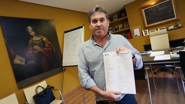 Jesús Cereceda, con el informe médico que reveló el alto nivel de CPK en su organismo