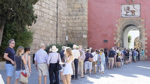 Turistas visitan el Alcázar