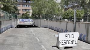 Desde el pasado 8 de mayo, un cartel de «sólo residentes» indica el cierre de la planta rotatoria del aparcamiento de la calle Sinaí