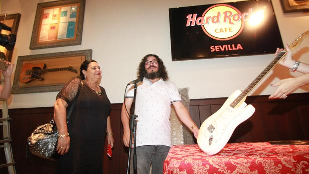 una guitarra callejera para el hard rock cafe de sevilla. Black Bedroom Furniture Sets. Home Design Ideas