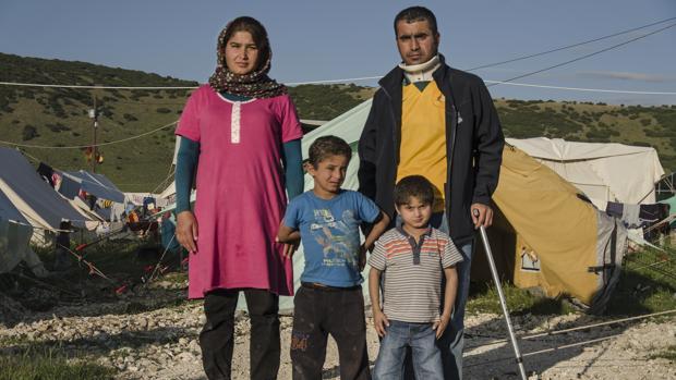 Los hermanos Mudafar y Ahmed, junto a sus padres, en el campo de refugiados griego de Katsikas (Grecia)