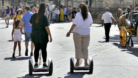 Mujeres en segwig en el centro de Sevilla