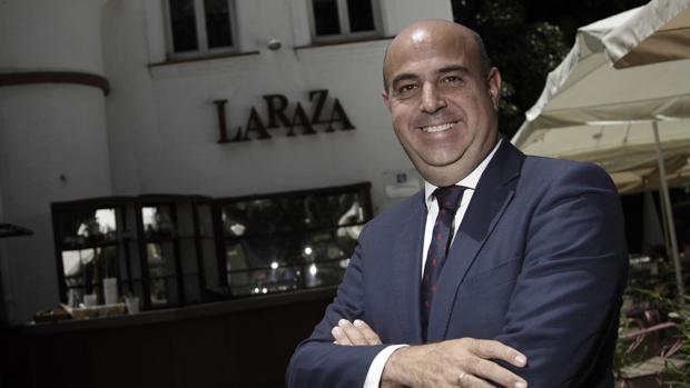 Pedro Sánchez-Cuerda, propietario de La Raza, en la entrada del restaurante