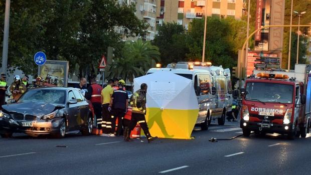 Bomberos y personal médico actuando en el lugar donde se ha producido el accidente