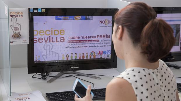 Una empleada del Ayuntamiento de Sevilla ante la web abierta 'Decide Sevilla'