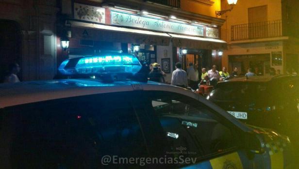 Un patrullero de la Policía Local de Sevilla frente a la Bodega Antonio Romero