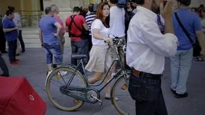 La portavoz de Participa Sevilla, Susana Serrano, con su bicicleta en el Ayuntamiento