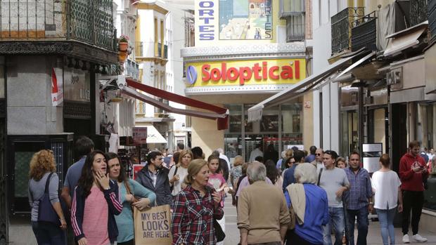 el comercio se anima en el primer festivo otoal de tiendas abiertas