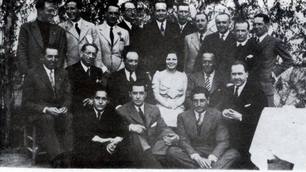 Sebastián Recasens, primero por la izquierda de los que están sentados en el suelo