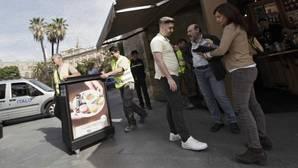 El Ayuntamiento retira veladores no autorizados en la Constitución, San Fernando y Reina Mercedes