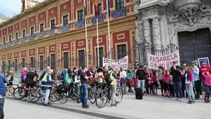 La marcha ciclista en favor de una pasarela sobre la SE-30 ha terminado en San Telmo
