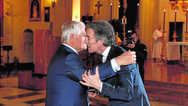 El duque de Alba saluda a Alfonso Díez en el santuario de los Gitanos