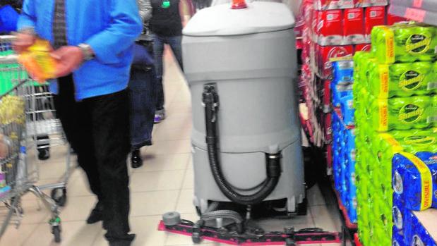 Hacer la compra, deporte de riesgo si te cruzas con una máquina limpiadora
