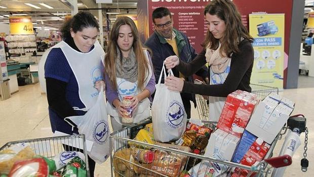 Jóvenes voluntarios en la recogida de alimetnos