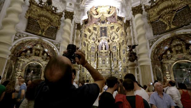 Visitantes en la iglesia de San Luis de los Franceses