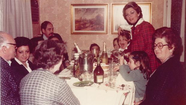 María del Camen Meneses, de pie a la derecha, en su casa una Nochebuena. Era la década de los ochenta