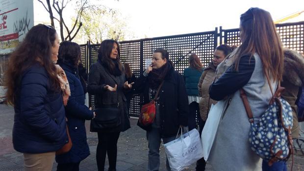La concejal popular Evelia Rincón, junto a padres del colegio sevillano Aníbal González