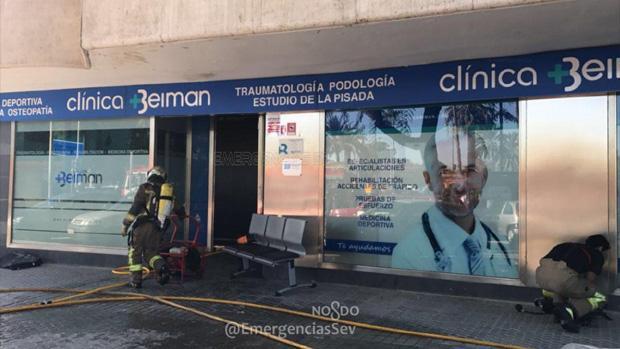 El acceso principal a la clínica de Los Remedios afectada por el fuego
