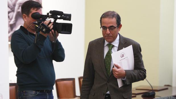 El rector de la universidad a su llegada a la rueda de prensa