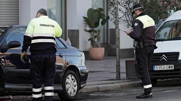 Un agente de la Policía Local rellena el boletín de denuncia