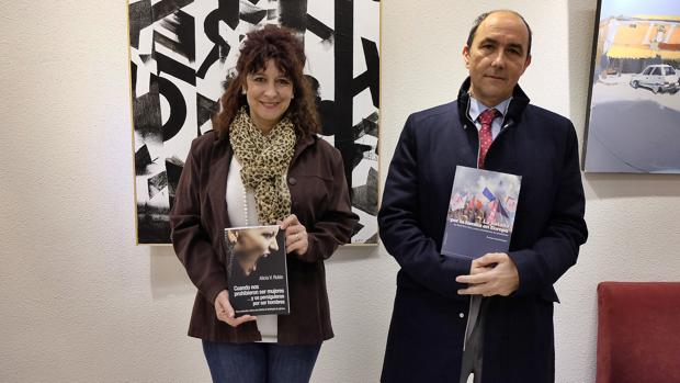 Alicia Rubio y Francisco J. Contreras posan con sus libros