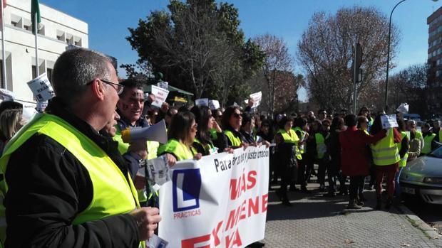 M s de 300 autoescuelas de sevilla se manifiestan para - Jefatura provincial de trafico santander ...