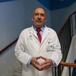 José Pérez Bernal es médico intensivista de la UCI del Hospital Virgen del Rocío desde hace 43 años