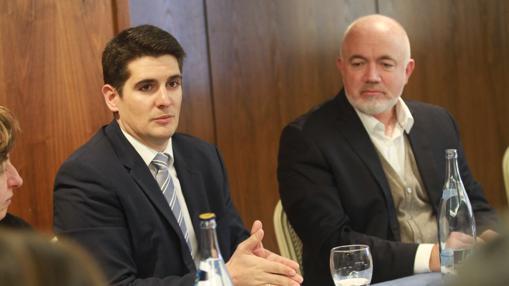 A la derecha, David O'Brien, jefe comercial de Ryanair, este miércoles en Sevilla