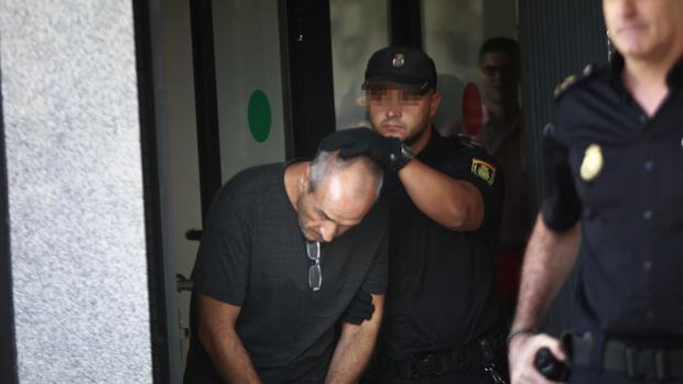 Julio Mateos, el Dioni de Almensilla, a su llegada a Sevilla tras ser detenido en Madrid