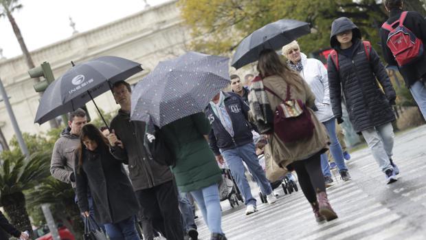 Vuelven los paraguas a las calles de Sevilla