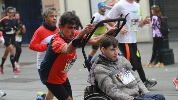 José Manuel Roas, y su hijo Pablo, en la media maratón de Sevilla