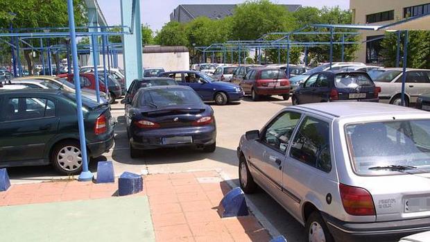 Coches aparcados en La Cartuja