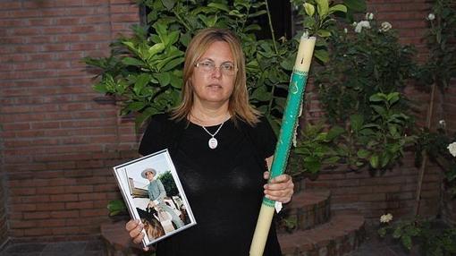María Romero con la foto de su hijo fallecido, cuyos órganos donó para salvar varias vidas