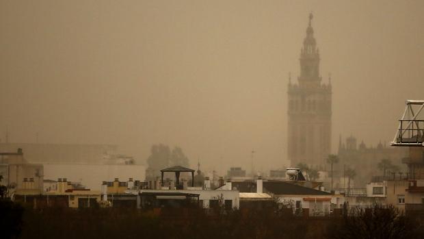La concentración de polvo en suspensión y la lluvia han dejado una curiosa imagen de Sevilla en tonos sepia