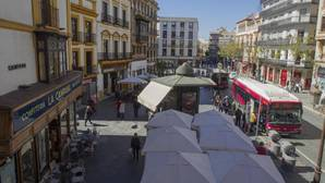 Plaza de la Campana, con los veladores en primer término